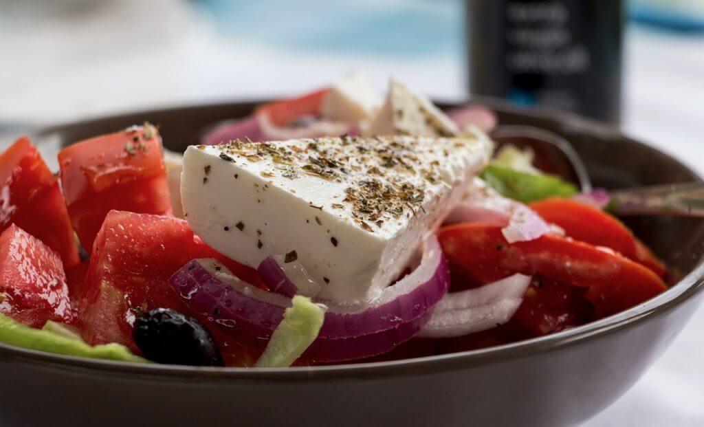 griekse salade eten in griekenland